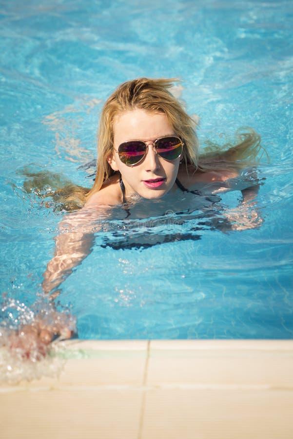Blondevrouw het zwemmen royalty-vrije stock afbeeldingen
