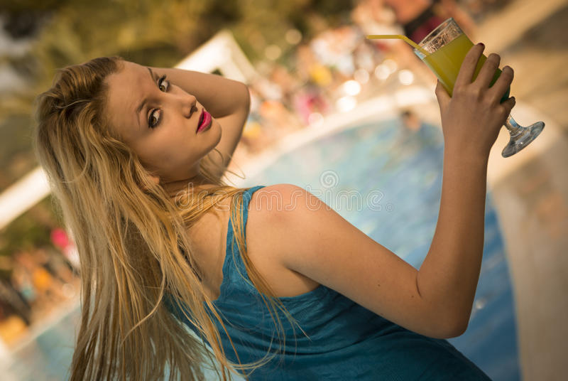 Blondevrouw met cocktail royalty-vrije stock foto's