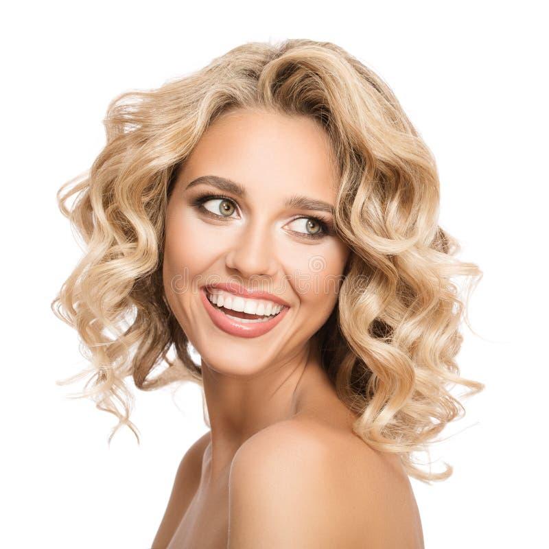 Blondevrouw met het krullende mooie haar glimlachen royalty-vrije stock afbeeldingen