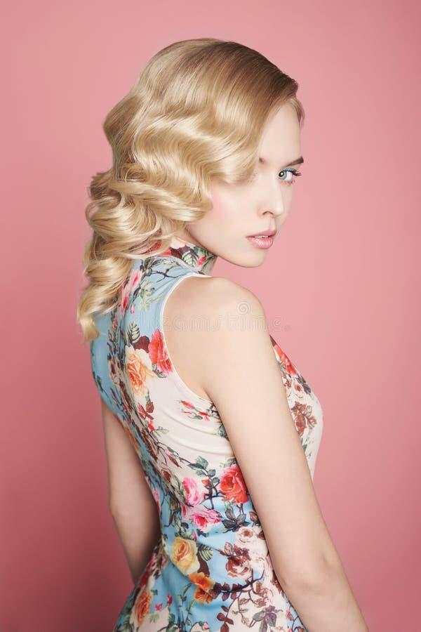 Blondevrouw met kleur makup op kleurrijke achtergrond stock fotografie