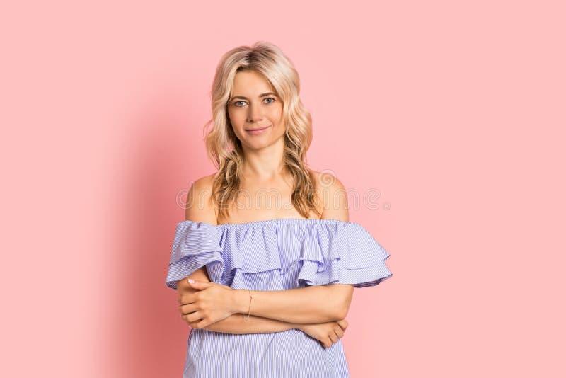Blondevrouw mooi het glimlachen portret in blauwe kleding, de zomer Kaukasisch en Skandinavisch meisje op roze achtergrond stock foto's