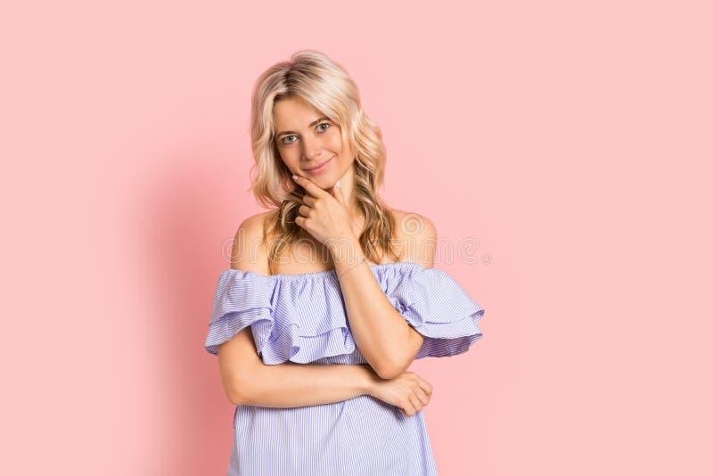 Blondevrouw mooi het glimlachen portret in blauwe kleding, de zomer Kaukasisch en Skandinavisch meisje op roze achtergrond stock afbeelding