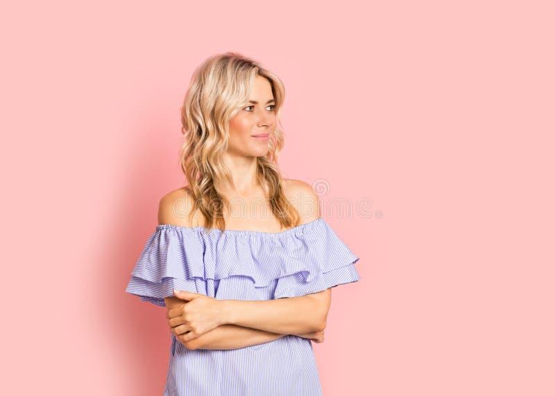 Blondevrouw mooi het glimlachen portret in blauwe kleding, de zomer Kaukasisch en Skandinavisch meisje op roze achtergrond royalty-vrije stock afbeeldingen