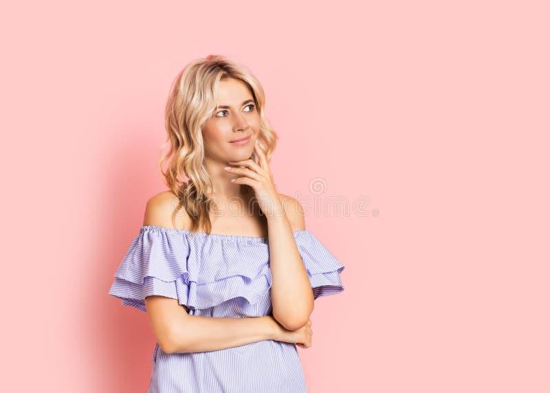 Blondevrouw mooi het glimlachen portret in blauwe kleding, de zomer Kaukasisch en Skandinavisch meisje op roze achtergrond stock afbeeldingen
