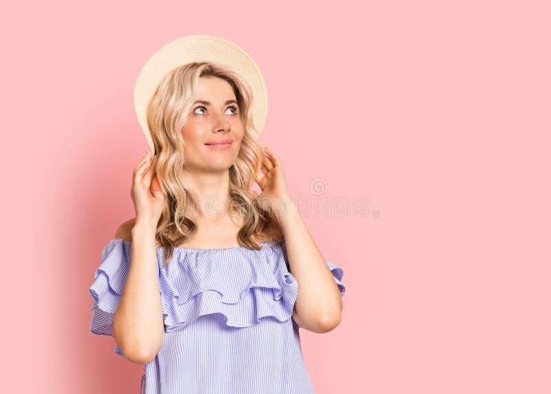 Blondevrouw mooi het glimlachen portret in blauwe kleding, de zomer Kaukasisch en Skandinavisch meisje op roze achtergrond, vakan stock foto