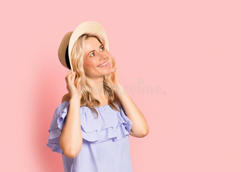 Blondevrouw mooi het glimlachen portret in blauwe kleding, de zomer Kaukasisch en Skandinavisch meisje op roze achtergrond, vakan stock fotografie