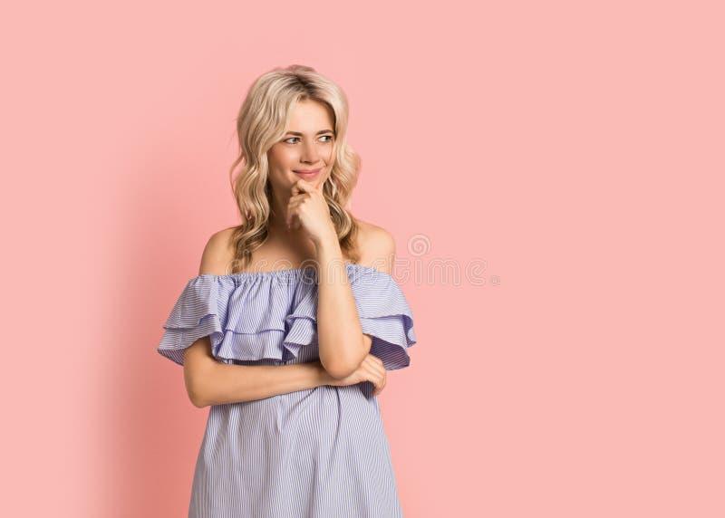 Blondevrouw mooi het glimlachen portret in blauwe kleding, de zomer Kaukasisch en Skandinavisch meisje op roze achtergrond, vakan stock afbeeldingen