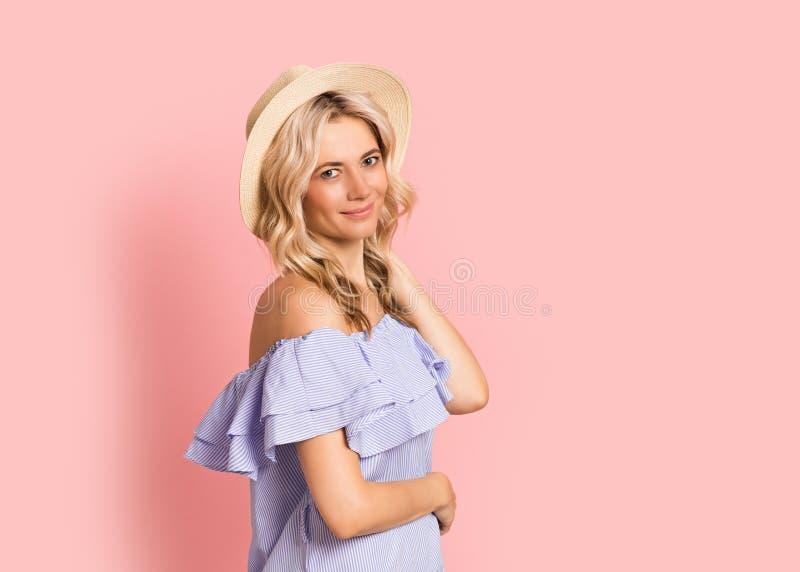 Blondevrouw mooi het glimlachen portret in blauwe kleding, de zomer Kaukasisch en Skandinavisch meisje op roze achtergrond, vakan stock afbeelding