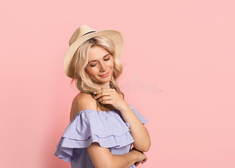Blondevrouw mooi het glimlachen portret in blauwe kleding, de zomer Kaukasisch en Skandinavisch meisje op roze achtergrond, vakan royalty-vrije stock foto's