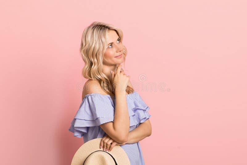 Blondevrouw mooi het glimlachen portret in blauwe kleding, de zomer Kaukasisch en Skandinavisch meisje op roze achtergrond, vakan royalty-vrije stock afbeeldingen