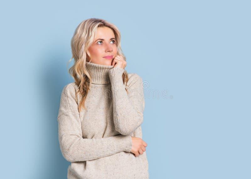 Blondevrouw volwassen aantrekkelijk mooi het glimlachen portret, de herfst, Kaukasisch en Skandinavisch meisje op blauwe achtergr stock afbeeldingen