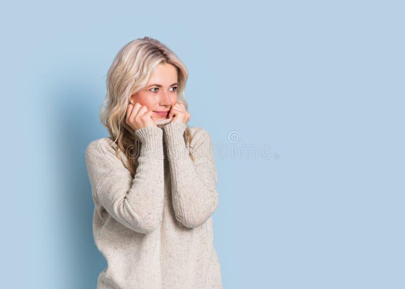 Blondevrouw volwassen aantrekkelijk mooi het glimlachen portret, de herfst, Kaukasisch en Skandinavisch meisje op blauwe achtergr royalty-vrije stock fotografie