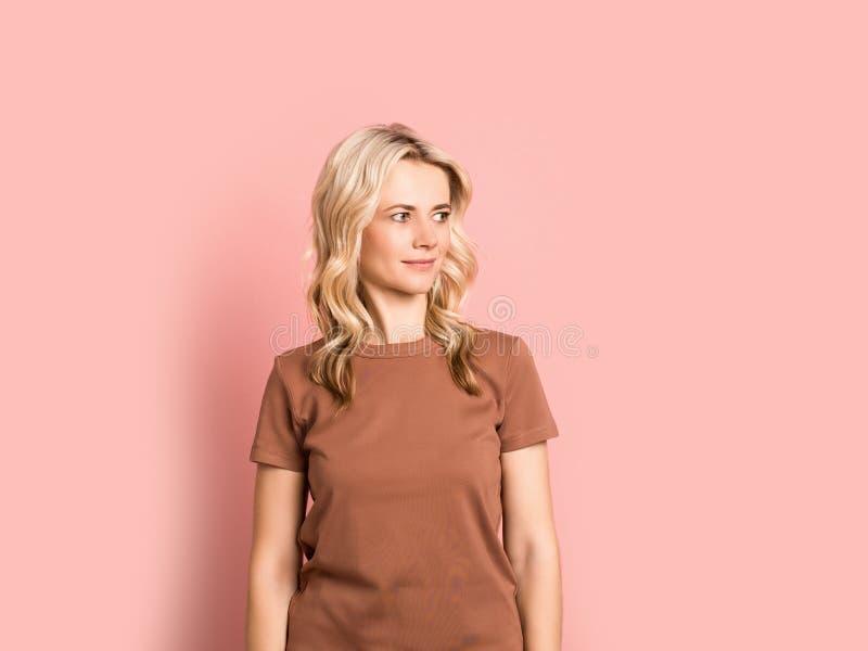 Blondevrouw volwassen aantrekkelijk mooi het glimlachen portret, Kaukasisch meisje op roze achtergrond royalty-vrije stock foto
