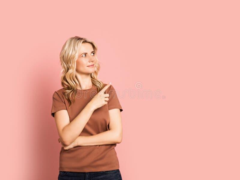 Blondevrouw volwassen aantrekkelijk mooi het glimlachen portret, Kaukasisch meisje op roze achtergrond stock afbeelding