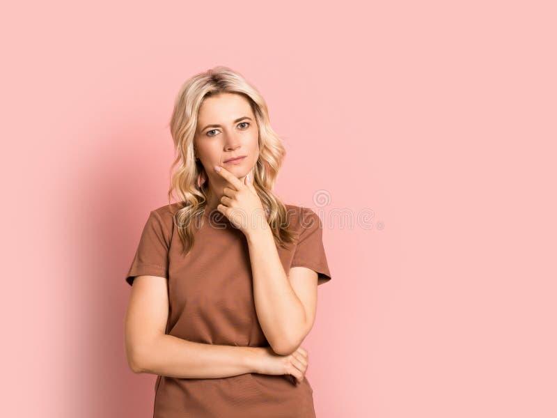 Blondevrouw volwassen aantrekkelijk mooi het glimlachen portret, Kaukasisch meisje op roze achtergrond royalty-vrije stock afbeeldingen