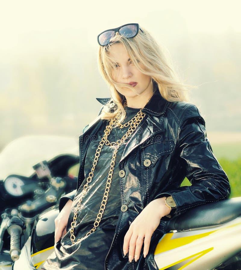 Blondevrouw in zonnebril op een sportenmotorfiets royalty-vrije stock foto