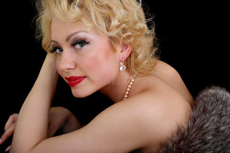 Blondie Frau über Schwarzem lizenzfreies stockbild