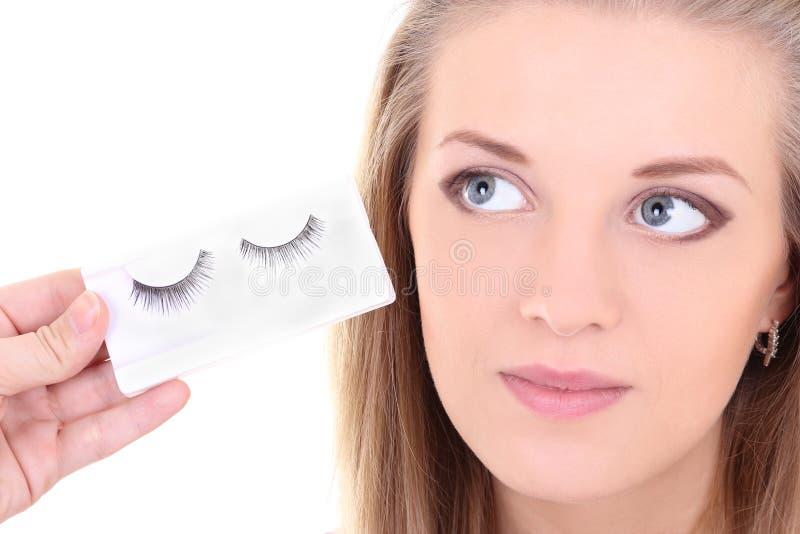 Blondie kvinna med konstgjorda ögonfranser arkivfoto