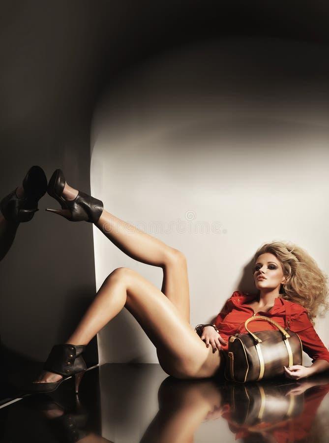 Blondie lindo en altos talones fotos de archivo libres de regalías