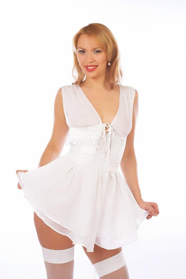 Blondie mignon dans la lingerie blanche images libres de droits