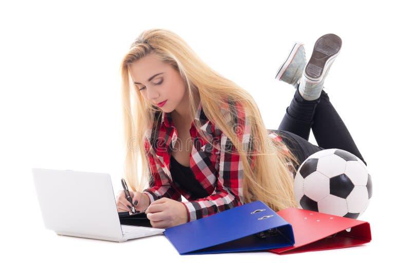 Blondievrouw het liggen met laptop, de omslagen en de voetbalbal isoleren stock foto