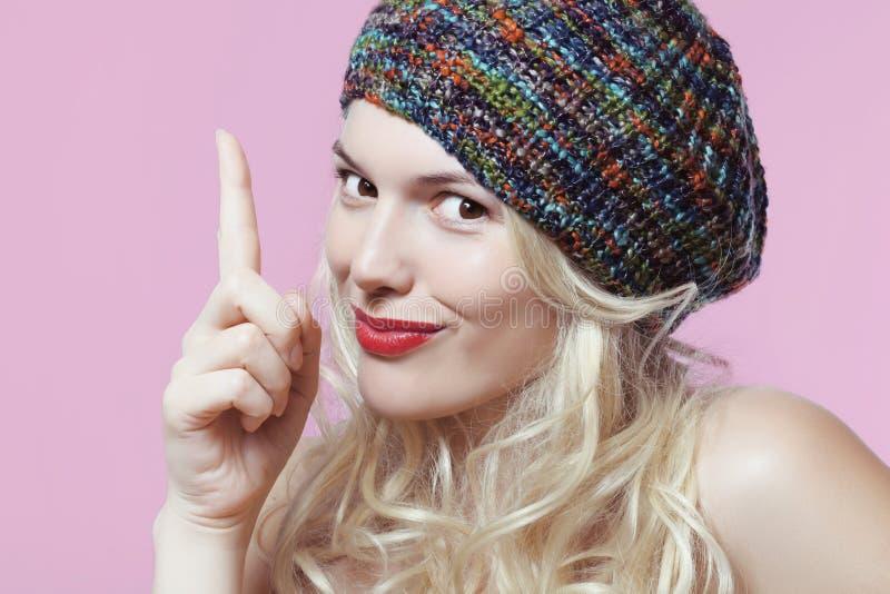 Blondin i en färgrik basker fotografering för bildbyråer