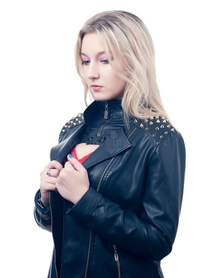 Blondin i läderomslag arkivbild