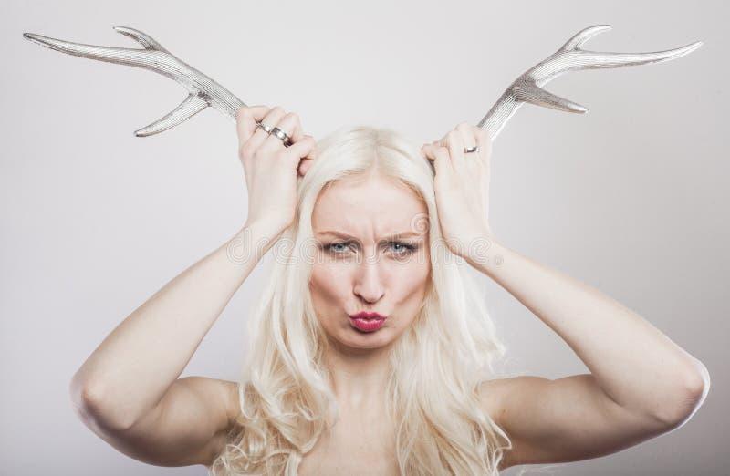 Blondin med hjorthorn på kronhjort arkivfoton