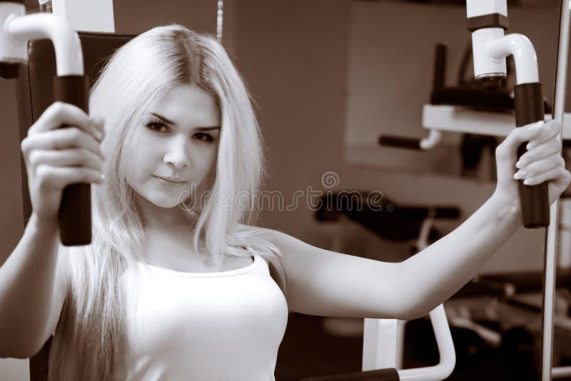 blondin som övar idrottshallbarn arkivfoto