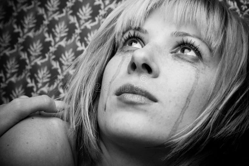 Blondine in den Rissen lizenzfreie stockbilder