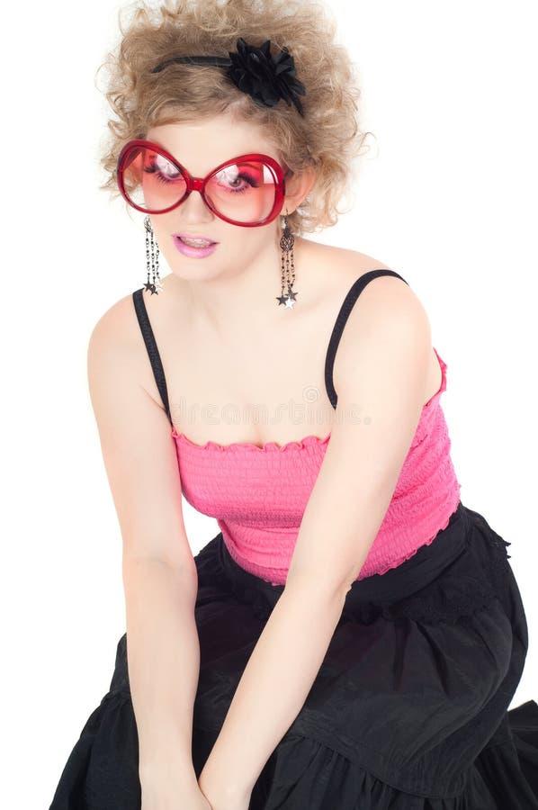 Blondine in der großen roten Sonnenbrille lizenzfreie stockbilder