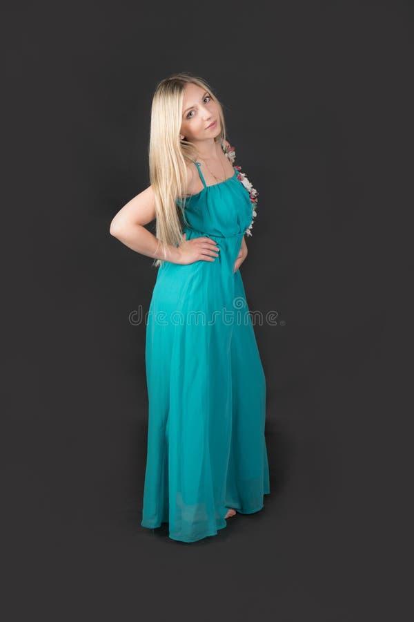 Blondine in einem blauen Kleid lizenzfreies stockfoto