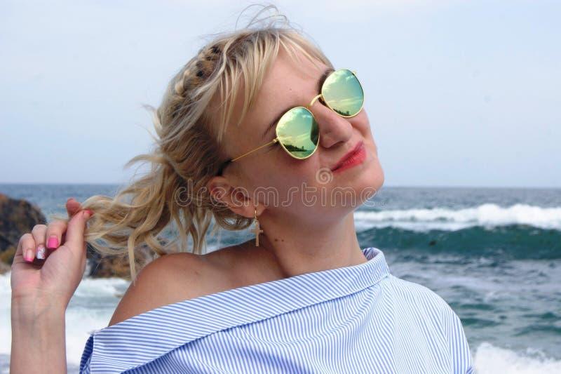 Blondine in einem blauen Kleid stockfotografie