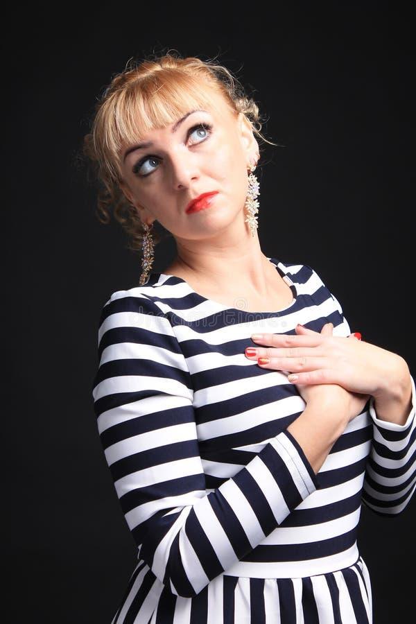 Blondine in einem gestreiften Kleiderspaß lizenzfreie stockfotos