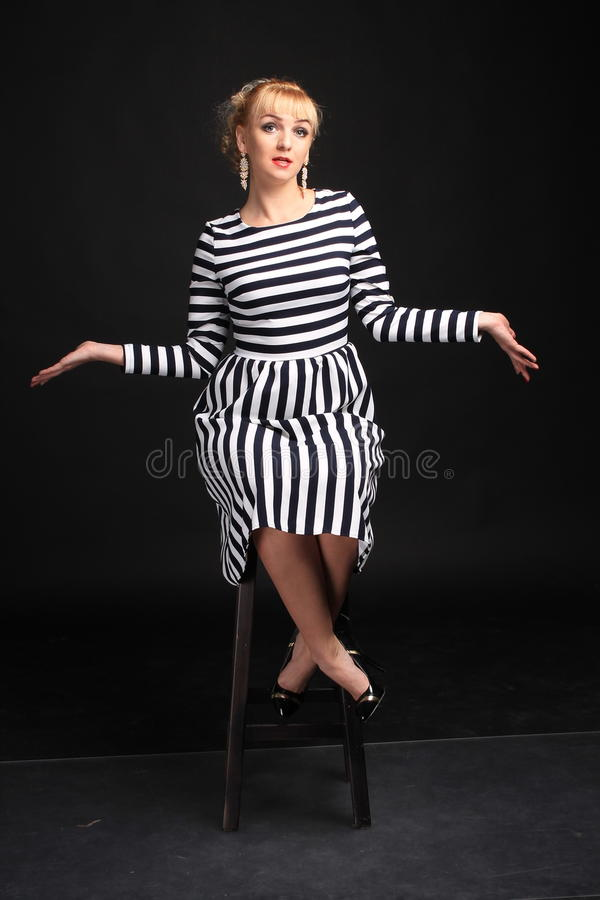 Blondine in einem gestreiften Kleiderspaß lizenzfreies stockfoto