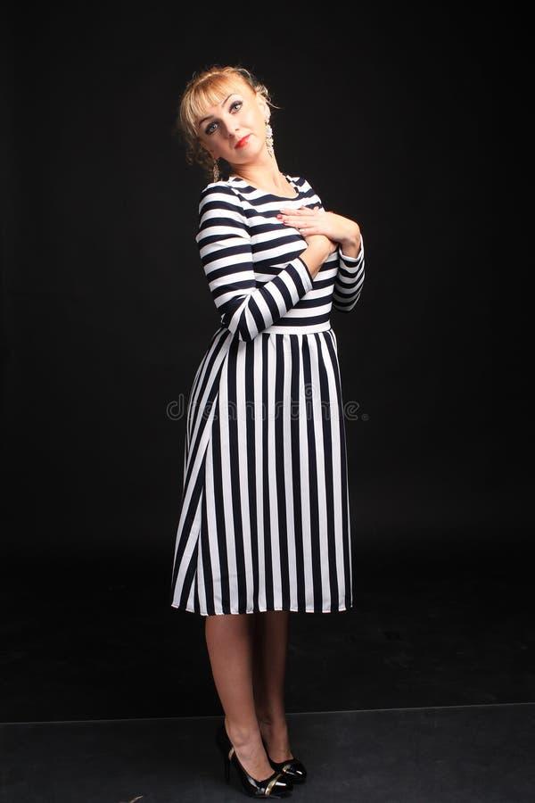 Blondine in einem gestreiften Kleiderspaß stockbilder