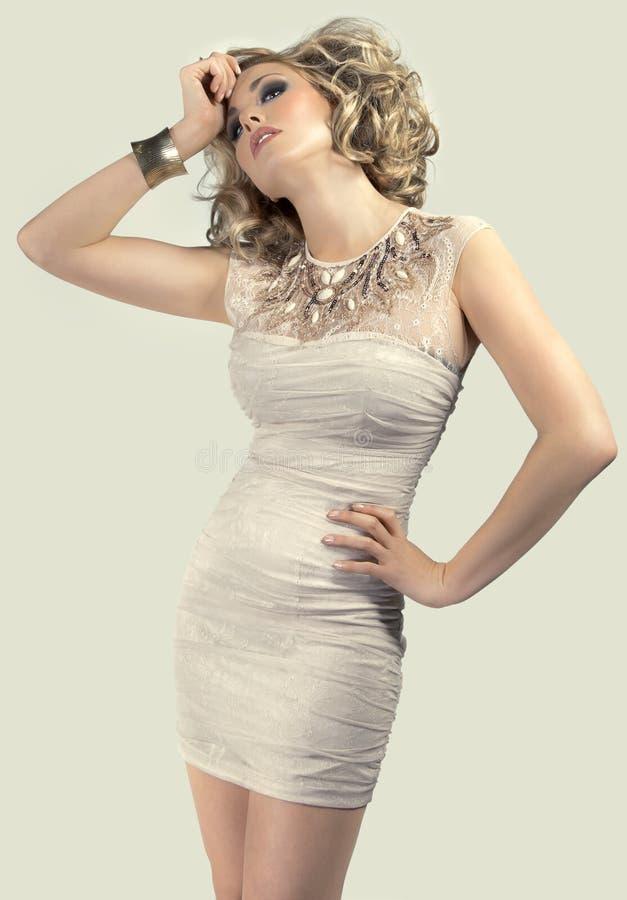 Blondine in einem kurzen Kleid lizenzfreie stockfotografie