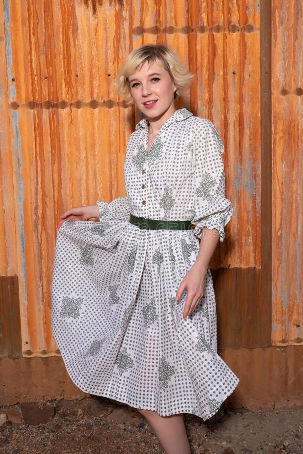 Blondine in housedress stockbilder