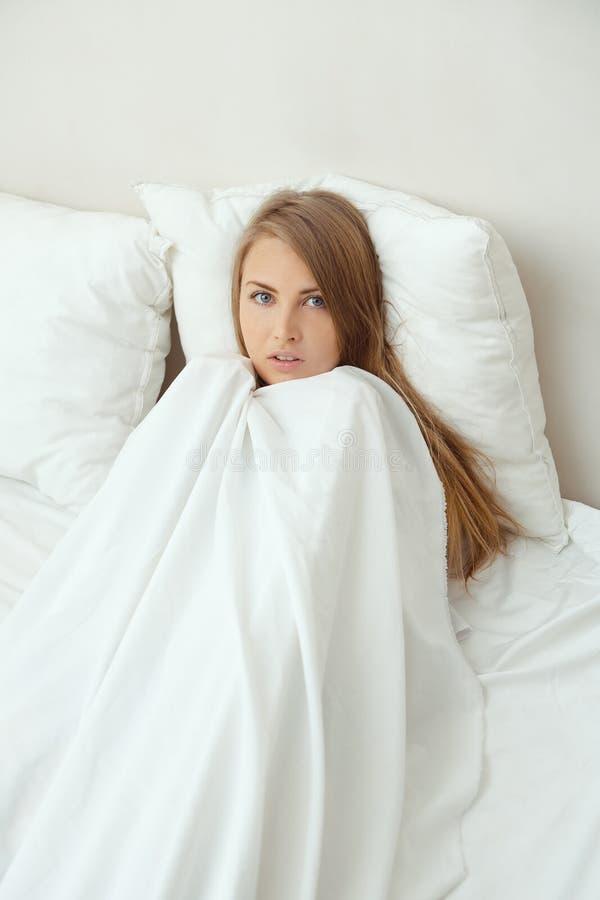 Blondine im Bett lizenzfreies stockbild