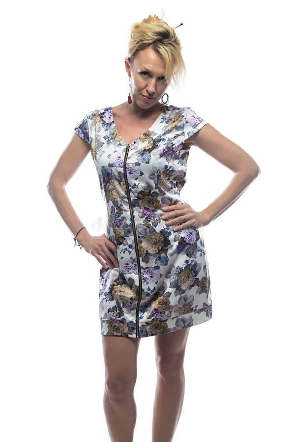 Blondine im bunten Kleid stockbild