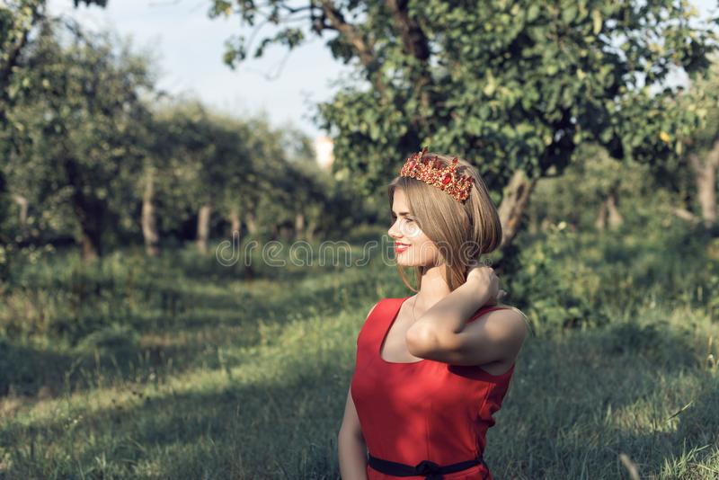 Blondine im hellen roten Kleid lizenzfreie stockfotos