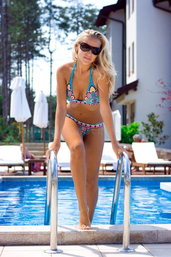 Blondine im Pool stockfoto