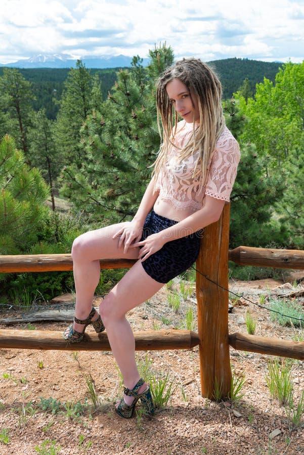 Blondine im Rosa und im Blau lizenzfreies stockfoto