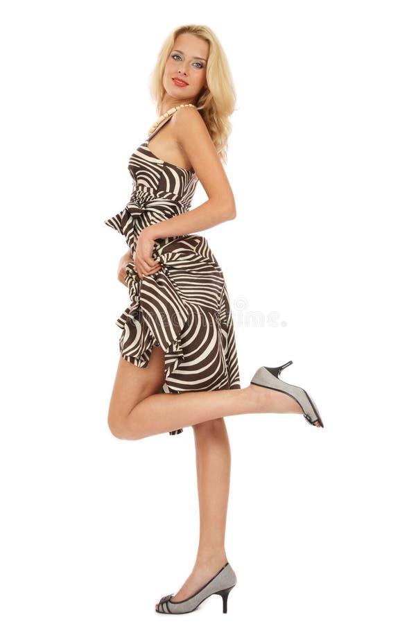 Blondine im stilvollen Kleid stockfotografie
