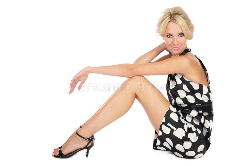 Blondine im stilvollen Kleid lizenzfreies stockfoto