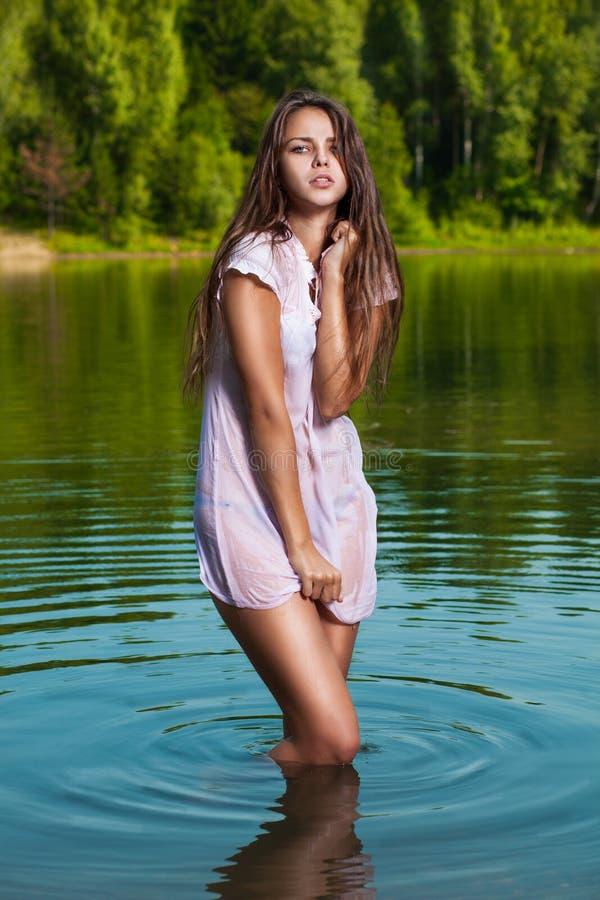Blondine im Wasser lizenzfreie stockbilder
