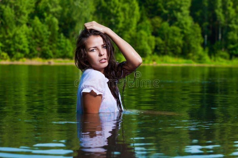 Blondine im Wasser stockfoto