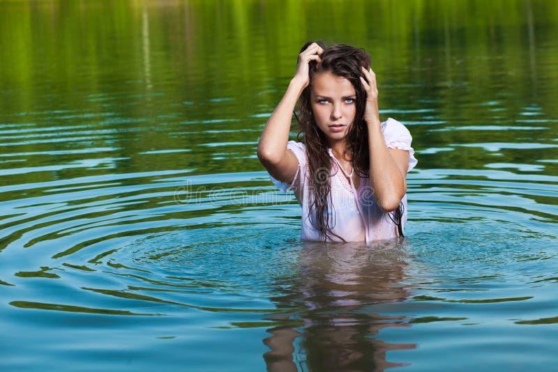 Blondine im Wasser stockfotografie