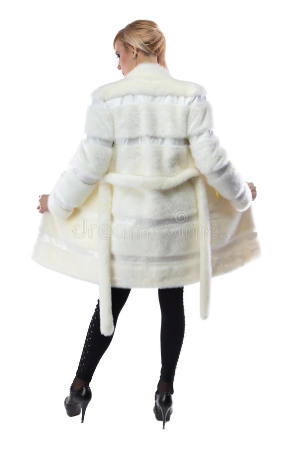 Blondine im Weiß knöpfte Mantel, von der Rückseite auf lizenzfreies stockbild