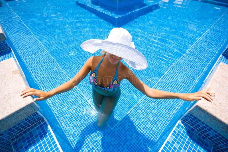 Blondine im weißen Hut lizenzfreie stockbilder